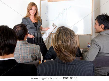 zakenvrouw bezig met een presentatie in een kantoor