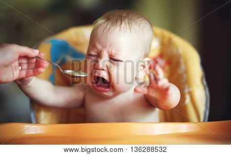 baby cry capricious refuse to eat is not hungry