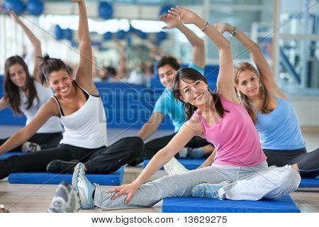 Gruppe von Menschen in einer Aufspannung Klasse in der Turnhalle