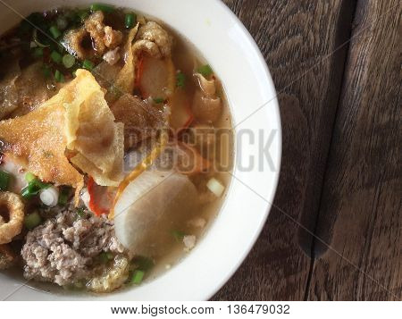 This is thaifoods noodles served dry or in a soup on table