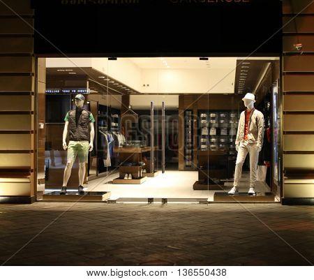 night shop window with men dressed mannequins