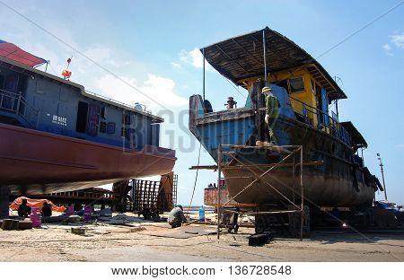 HAI PHONG, VIETNAM, July 12, 2016 the group of fishermen, shipbuilders, Hai Phong sea, Vietnam