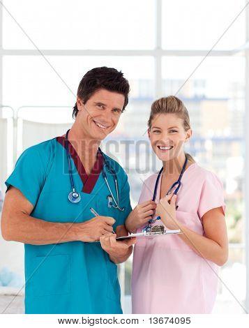 atractivo joven enfermera y Doctor sonriendo a la cámara