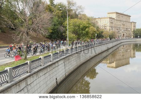 MOSCOW - SEP 7, 2015: Bike ride in honor of city of Moscow, Yauza river embankment