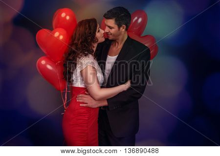 balloon lovers kisisng eachother outdoor