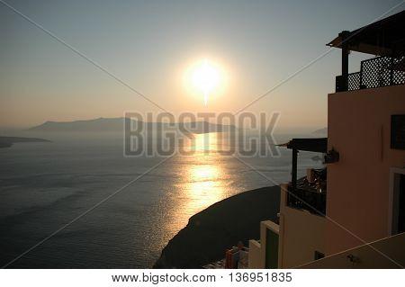 Detter er  Santorini solnedgang ved havet i Grækendland