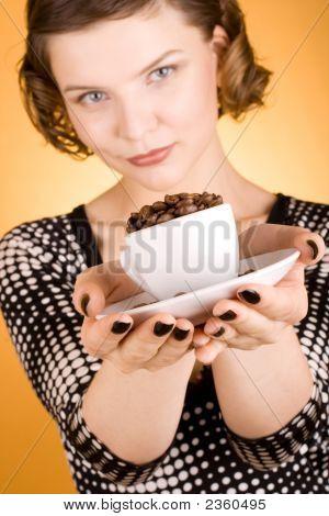 Mädchen mit einer Kaffeetasse