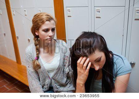 Studenten, die ihre Freundin trösten