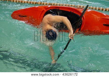 Kayak virado com apenas uma mão visível