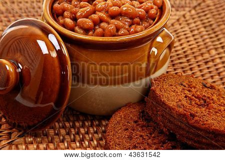 Baked Beans In Pot With Brown Bread