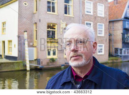 Closeup retrato sorridente homem velho com uma barba cinza