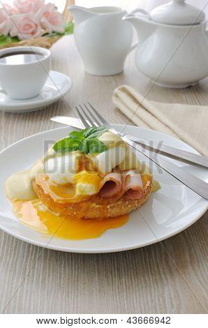 Cozidos ovos (cozido) com presunto sobre A Bun com molho
