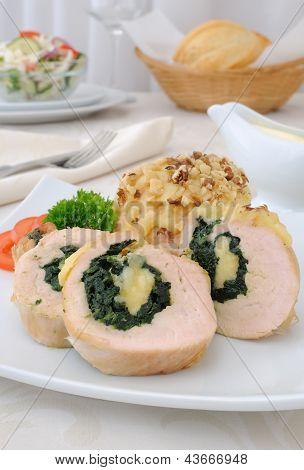 Rocambole de frango recheado com espinafre e queijo