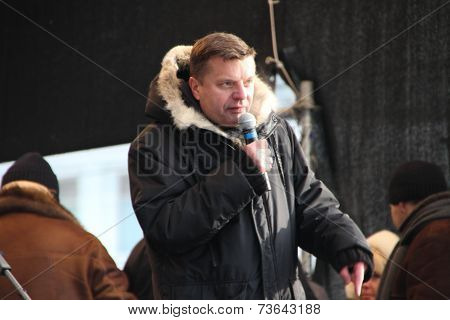 Journalist Leonid Parfyonov on the stage of opposition rally