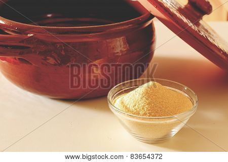 Clay pot and corn flour to prepare polenta