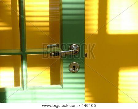 Grüne Tür und gelbe Wand