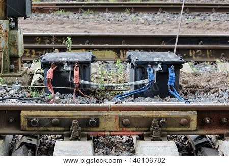 Red and blue - it's part of the railway signaling system. To determine whether there is and if there is something in what part of the road train.