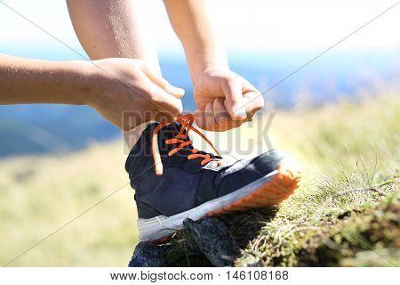 Tying shoelaces. The shoe tourist-based rock .