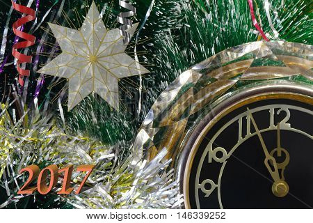 Beautiful watch around the Christmas tree show that before the arrival of the New year is five minutes.