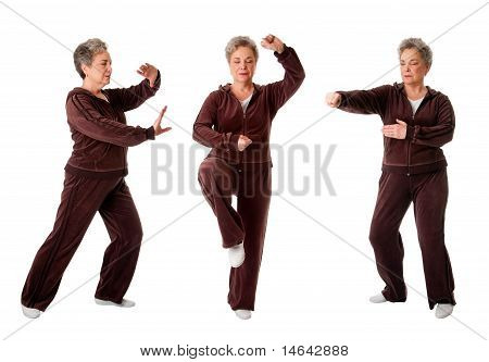 Senior Woman doing Yoga-Übung Tai chi