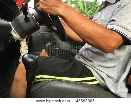 drive car by control steering wheel and change gear