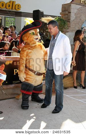 LOS ANGELES - OCT 23:  Antonio Banderas arriving at the