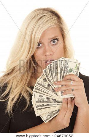 Frau schwarze Kleid Geld Schock