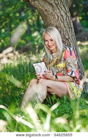 Hermosa chica con un Tablet Pc