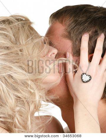 Beijando homem e mulher
