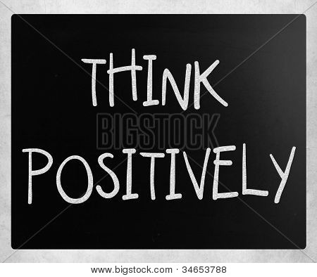 """""""pensar positivamente"""" escrito a mano con blanco tiza en una pizarra"""