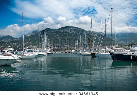 eine Hafenstadt mit einem schönen Luxus Yachten und Schnellboote