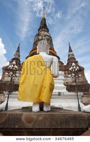 Pagode e o estado de Buda no Wat Yai Chaimongkol, Ayutthaya, Tailândia