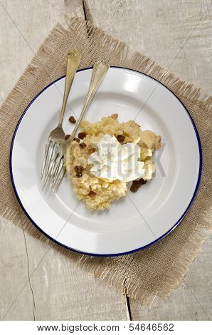 Baked Apple Crumble With Raisins And Cream