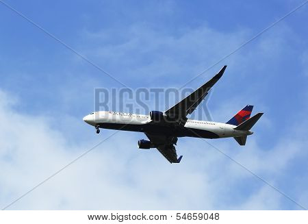Delta Airlines Boeing 767 in New York sky before landing at JFK Airport