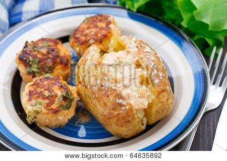 Jacket potato with meatballs