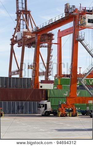 shipyard, freight harbor / port , drilling  rig