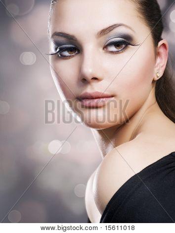 Belo rosto de menina. Maquiagem perfeita