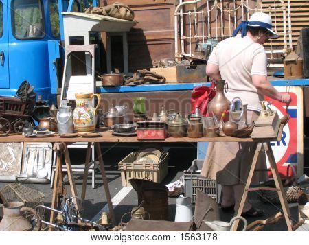 Mujer en el mercado de pulgas