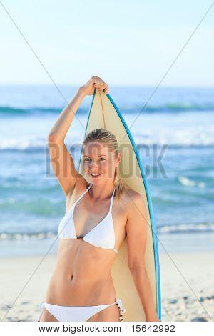 Mujer sexy con su tabla de surf