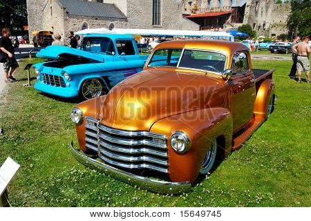 HAAPSALU, Estland - Juli 18: American Beauty Car Show, zeigt orange 1948 Chevrolet Pickup, vorne v