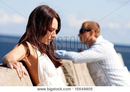 Ein Mann und eine Frau auf einem pier