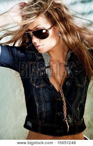 Glamouröse junge Frau Sonnenbrillen
