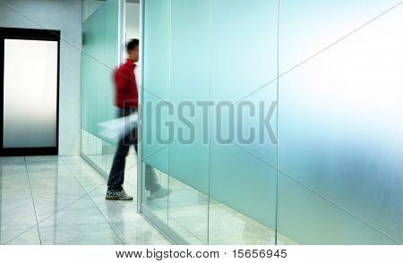 hombre y corredor
