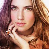 Постер, плакат: Красивая женщина с кольцом и лосось цвет шарф