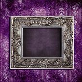 Постер, плакат: Сложные старые кадр висит на шероховатый фиолетовый винтажные обои