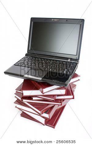 Laptop auf einen Haufen Bücher