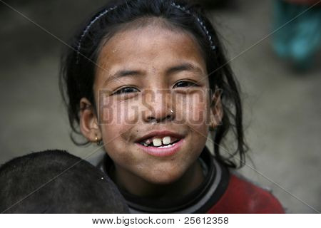 ANNAPURNA, NEPAL - 19 Mär: Nepali Mädchen quält Trekker für Kekse im Annapurna, Nepal auf