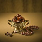 foto of prayer beads  - Classic arabic teacups and dates - JPG