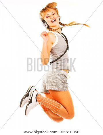 Retrato de estudio de una niña salta en auriculares aisladas sobre fondo blanco