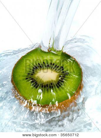 frische Kiwi, Sprung ins Wasser mit einem Schuss